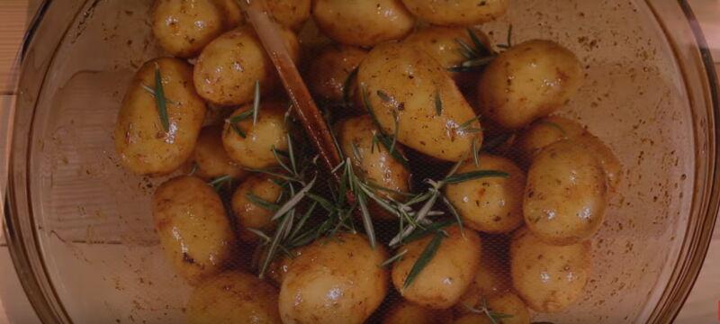 Самая вкусная курица в духовке с картошкой по-деревенски